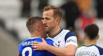 Kane is congratulated by last year's winner Vardy